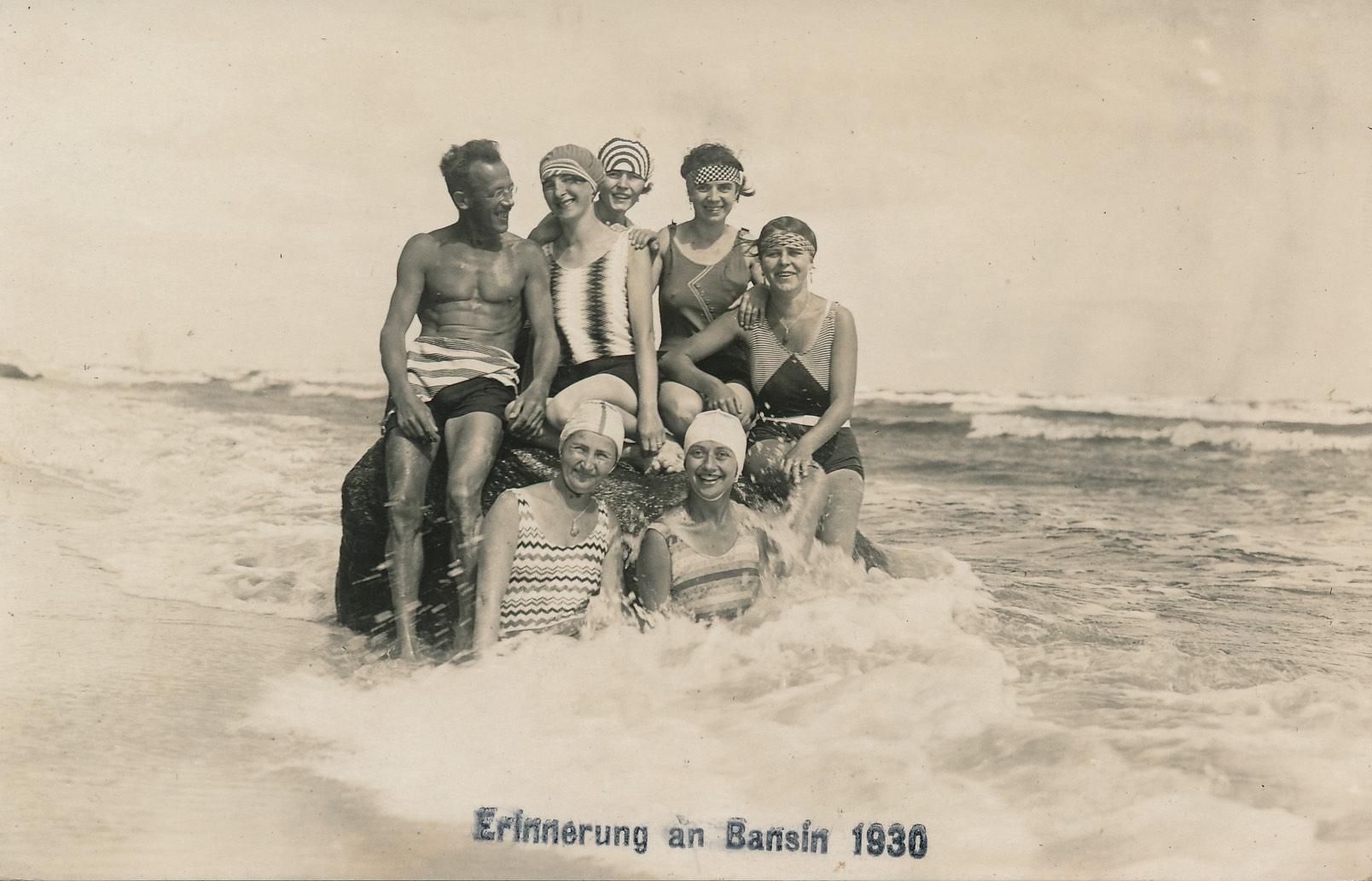 Historisches Foto von 1930 mit badenden Menschen am Strand   Kaiserbäder Usedom