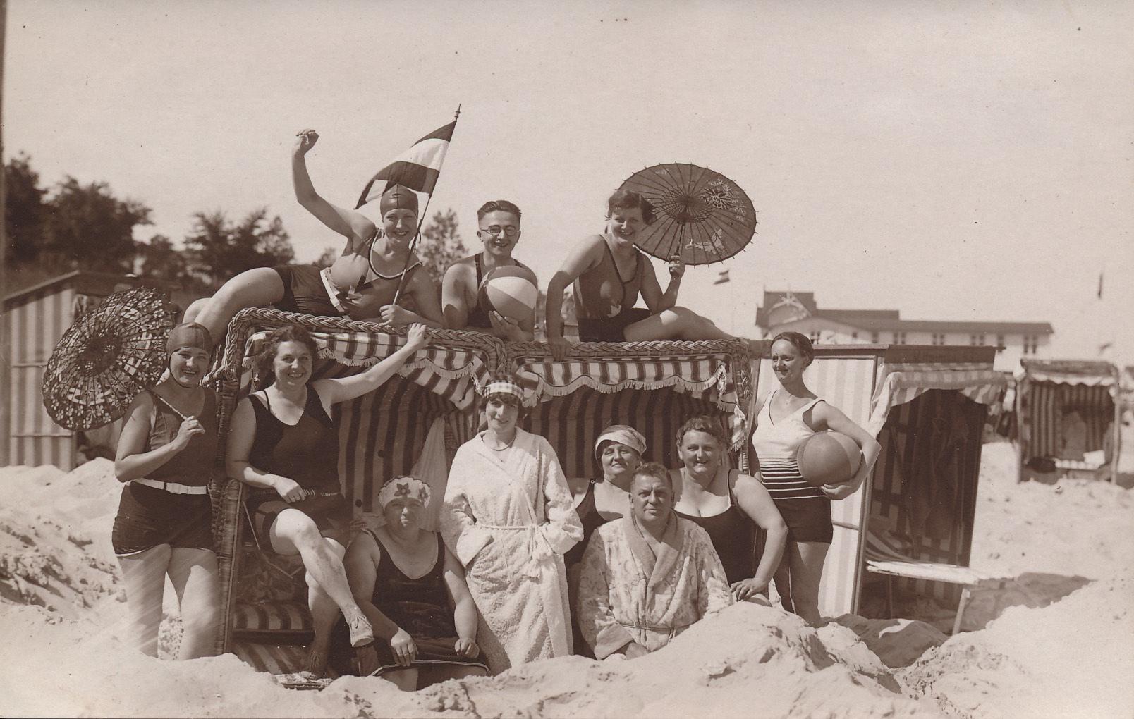 Historisches Foto mit Menschen am Strand in alten Strandkörben | Kaiserbäder Usedom